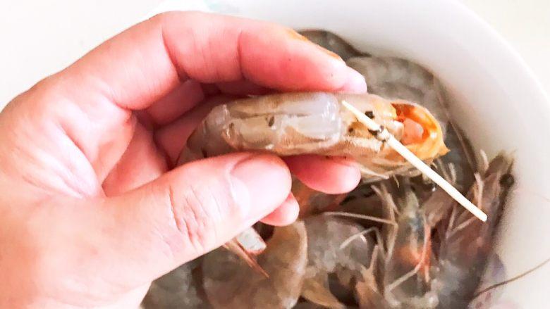 干锅基围虾,挑出虾线