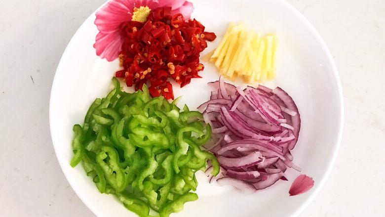 干锅基围虾,把紫皮圆葱,尖椒和鲜姜切成丝,小米辣切成丁