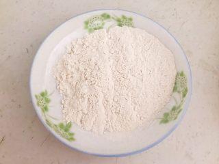 干锅基围虾,普通面粉放入盘里