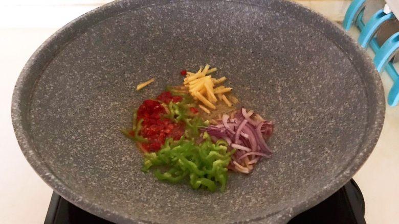 干锅基围虾,油烧热后加入圆葱,尖椒,姜丝和小米辣