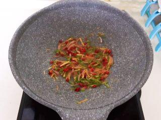干锅基围虾,翻炒均匀