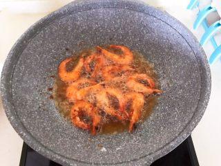 干锅基围虾,炸至基围虾表皮酥脆