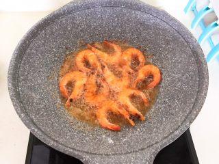 干锅基围虾,炸至基围虾表皮金黄