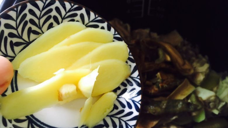 白牛肝菌土鸡汤,放入姜片