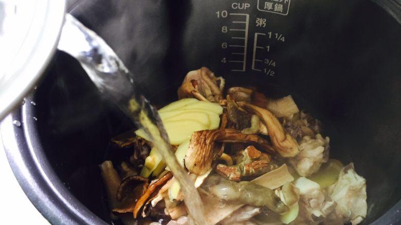 白牛肝菌土鸡汤,加入800ml热水