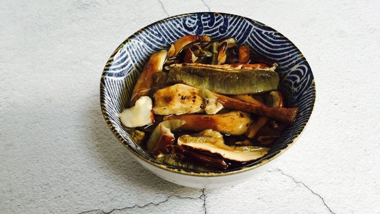 白牛肝菌土鸡汤,牛肝菌冷水泡发三十分钟并清洗干净,泡发后的水可以用来煲汤