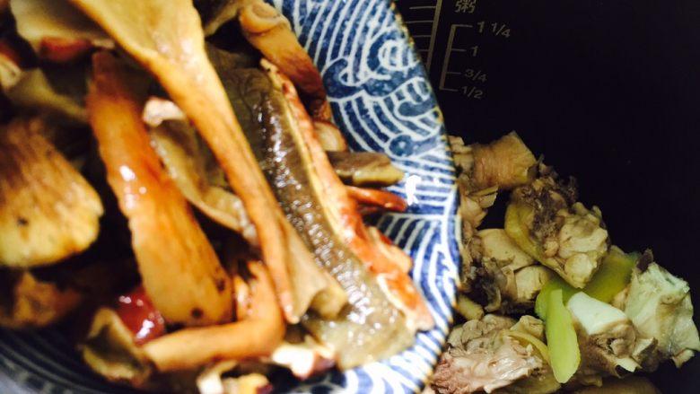 白牛肝菌土鸡汤,倒入牛肝菌