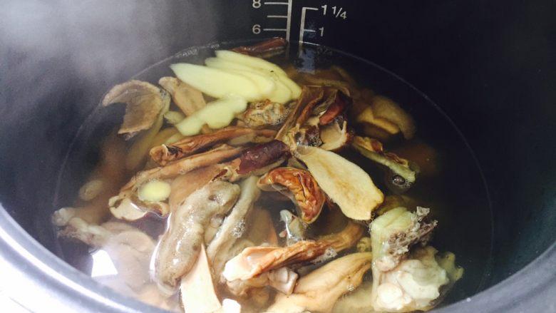白牛肝菌土鸡汤,水量依个人喜好添加。摁煲汤功能键开启工作,约60分钟