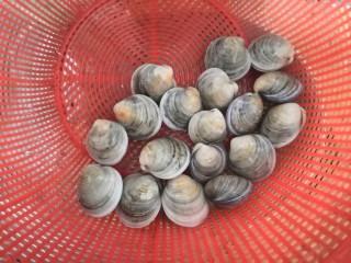 冬瓜花蛤汤,花蛤吐沙洗干净,沥干水份备用