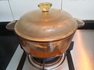 冬瓜花蛤汤,开大火,烧煮至滚开