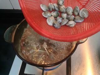 冬瓜花蛤汤,水滚开后,倒入花蛤,煮至花蛤裂开口