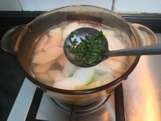 冬瓜花蛤汤,时间到,放入小葱增香