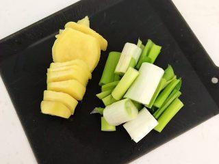 酸辣鸡胗,鲜姜削皮后切成小片,大葱切成小段