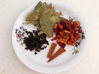 酸辣鸡胗,准备干料:桂皮,花椒粒,香叶,干红辣椒