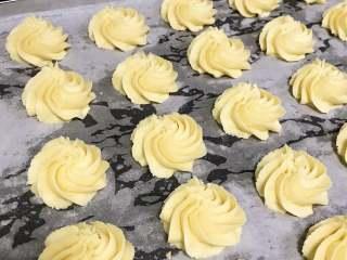淡奶油曲奇,依次挤到烤盘中,大小一致,中间留有间距。
