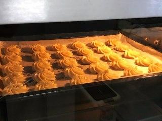 淡奶油曲奇,入预热好的烤箱中,上下火180度约18~20分钟。