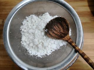 桂花糕,把粉放入筛勺,仔细的筛一遍