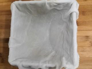 桂花糕,准备好模具,里面垫上,一块湿润的纱布