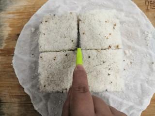 桂花糕,脱模后,用刀子,沿着切缝,再次划一下,这样,很容易就可以分块了