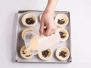 脏脏蛋挞,将蛋挞液倒入蛋挞皮中