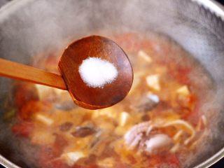 鲍鱼番茄海鲜豆腐浓汤,看见锅中汤汁变得越来越浓稠,放入适量的盐调味。