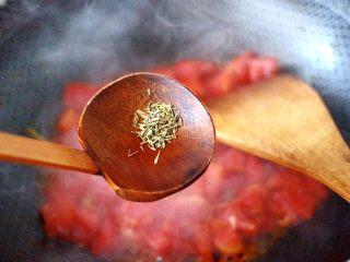 鲍鱼番茄海鲜豆腐浓汤,加入百里香调味。
