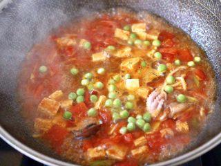 鲍鱼番茄海鲜豆腐浓汤,加入青豆,大火煮1分钟左右。