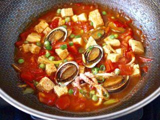 鲍鱼番茄海鲜豆腐浓汤,大火煮沸即可关火。