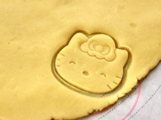 KT黄油蛋黄饼干,这个时候去掉KT饼干模具,萌萌哒的饼干胚就做好了。