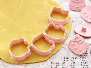 KT黄油蛋黄饼干,取出冷藏好的面片,准备好学厨的KT饼干模具。