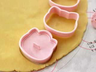 KT黄油蛋黄饼干,先在面片上压上饼干套,再放入印模,轻轻按压一下图案即可。