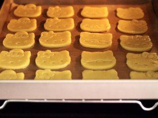 KT黄油蛋黄饼干,烤箱180度预热10分钟后,把烤盘放入烤箱中层。