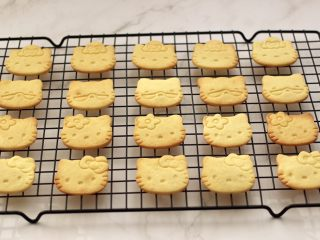 KT黄油蛋黄饼干,萌萌哒的KT饼干出炉咯,马上移至凉架上放凉后,放入饼干盒保存即可。