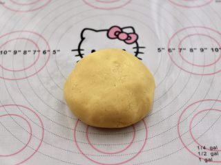 KT黄油蛋黄饼干,用手把面团揉匀,不用太用力,成团即可。