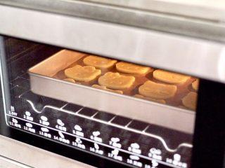 KT黄油蛋黄饼干,上下火180度烤制10-12分钟,表面稍微变成金黄色即可(具体烤制时间看自己家烤箱温度而定)。