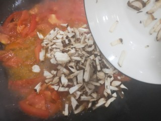 菌菇豆腐汤,加入香菇继续翻炒