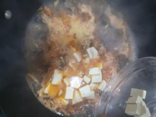 菌菇豆腐汤,加入豆腐