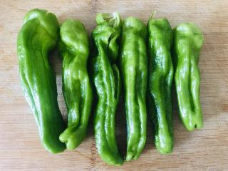 史上最好吃的虎皮青椒,超下饭,专治没胃口,<a style='color:red;display:inline-block;' href='/shicai/ 61/'>青椒</a>洗干净去籽切段,喜欢青椒籽的可以留着。
