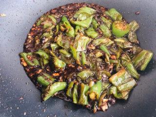 史上最好吃的虎皮青椒,超下饭,专治没胃口,炒至汤汁浓稠即可出锅。