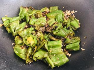 史上最好吃的虎皮青椒,超下饭,专治没胃口,放入煎好的青椒,倒入刚刚调好的碗汁。