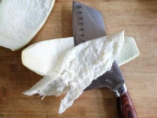 柚皮糖,将柚子皮内层白色厚絮状部分切除。