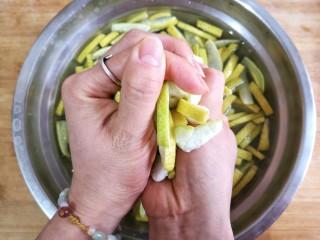 柚皮糖,将柚子皮挤干水份取出备用。