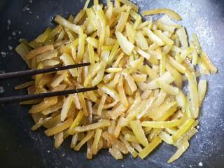 柚皮糖,倒入挤干水的柚子皮中大火用筷子快速翻炒至吸干所有冰糖浆。