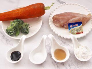 鸡肉西兰花肠,首先备齐所有的食材。