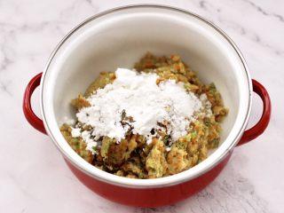 鸡肉西兰花肠,这个时候放入料酒和生抽,黄油,盐和白糖,胡椒粉和玉米淀粉。
