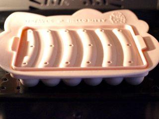 鸡肉西兰花肠,放入蒸箱里,启动纯蒸模式蒸15分钟即可。
