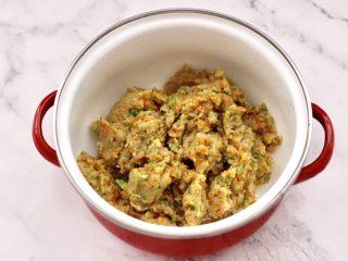 鸡肉西兰花肠,把搅打好的鸡肉馅,放入一个大一点的容器里。