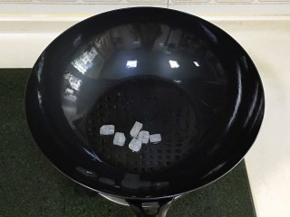 香菇炖鸡,往新思特精铁锅中倒入适量的食用油,加入冰糖,中小火炒出糖色。