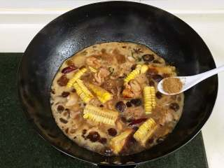 香菇炖鸡,放入玉米和泡发好的香菇,倒入淹没食材的清水,加1小匙十三香。