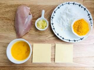 爆浆鸡排,生姜和大蒜压成蓉,准备好材料。选取新鲜的鸡胸肉,鸡胸肉是在胸部里侧的肉,是鸡肉中属于蛋白质含量较多的部位,形状像斗笠,肉质细嫩。